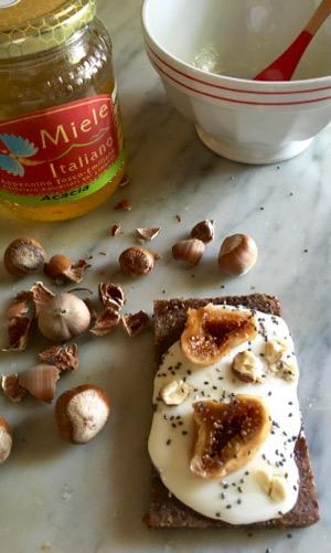 Tris di crostini di pane nero kosher ai semi, stracchino bio e...