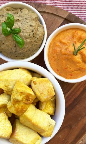 Salsine vegetariane all'italiana e ciotole di ceramica