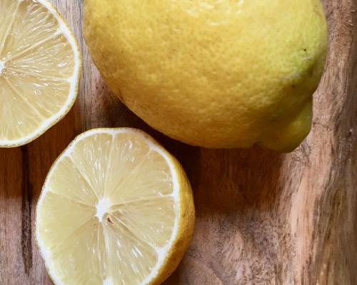 Acqua aromatizzata al limone e rosmarino: detox time