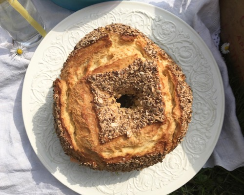 Corona di pane farcita con i sapori dell'orto