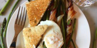 Uovo poché, asparagi e bacon al forno. La stagione nel piatto