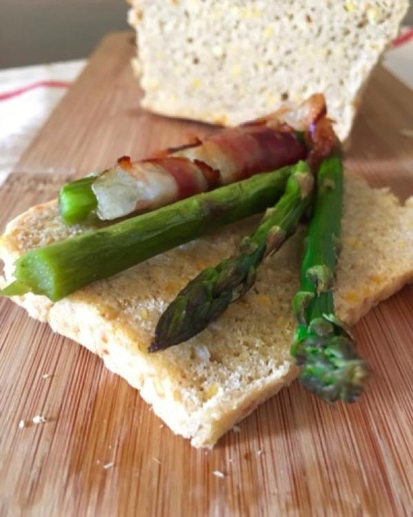 Piatto unico: uovo poché, asparagi e pane funzionale Salus
