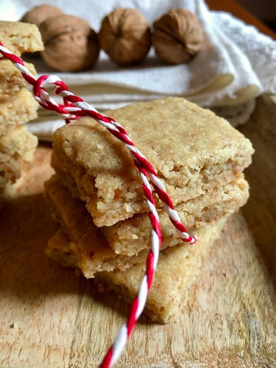 Tradizioni di famiglia e stagioni. Ricetta dei biscotti alle noci