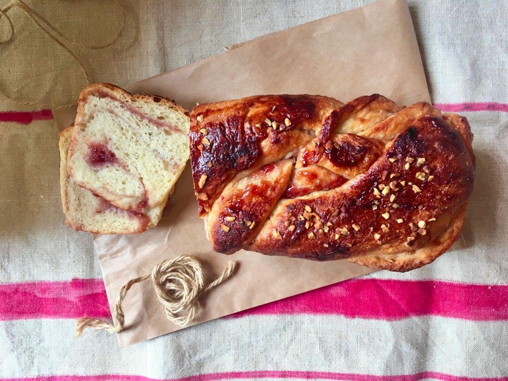 Pan brioche al farro con confettura e granella di nocciole