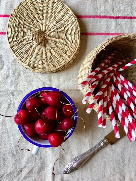 Semifreddo panna, ciliegie, vaniglia. E della forma che hanno i ricordi estivi