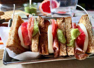 Sandwich finocchiona, pompelmo, formaggio e salsa avocado
