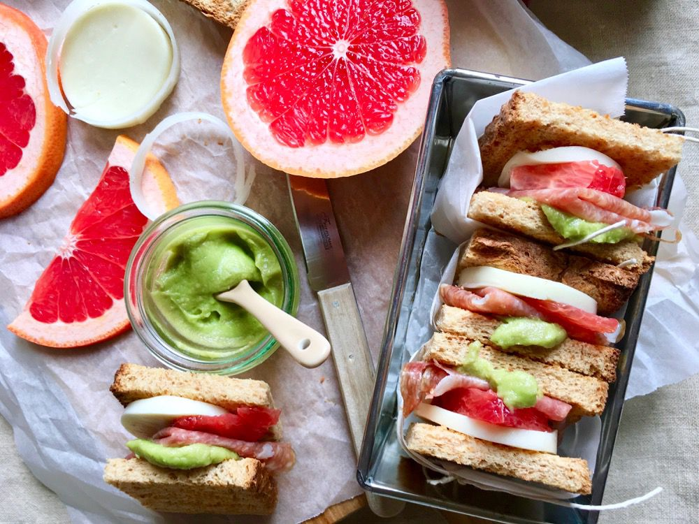 Sandwich integrale finocchiona, pompelmo, formaggio e salsa avocado