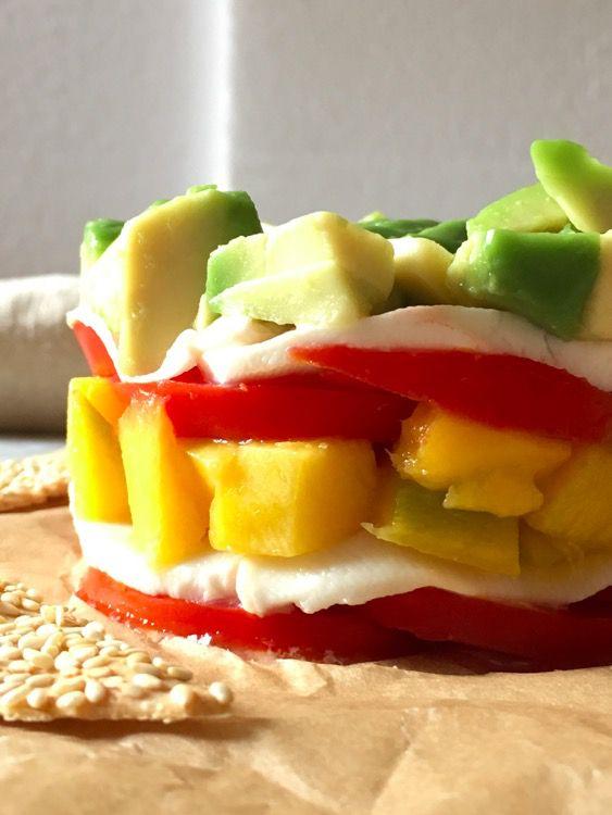 Tartare di pomodoro e mozzarella, con salsa basilico e avocado