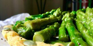 Torta salata croccante con asparagi conditi, senza glutine