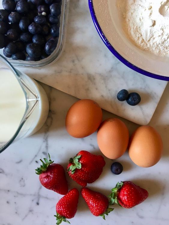 Clafoutis con fragole e mirtilli, ricetta senza glutine