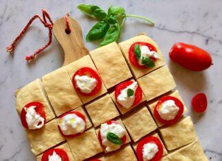 Focaccia semplice con pomodori, burrata, basilico e w l'estate