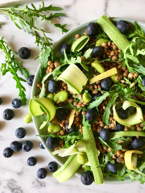 Insalata di lenticchie, rucola, zucchine e mirtilli