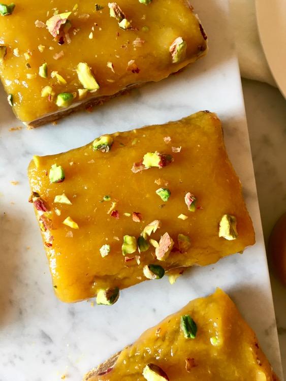 Torta al formaggio con crema di mango e pesca