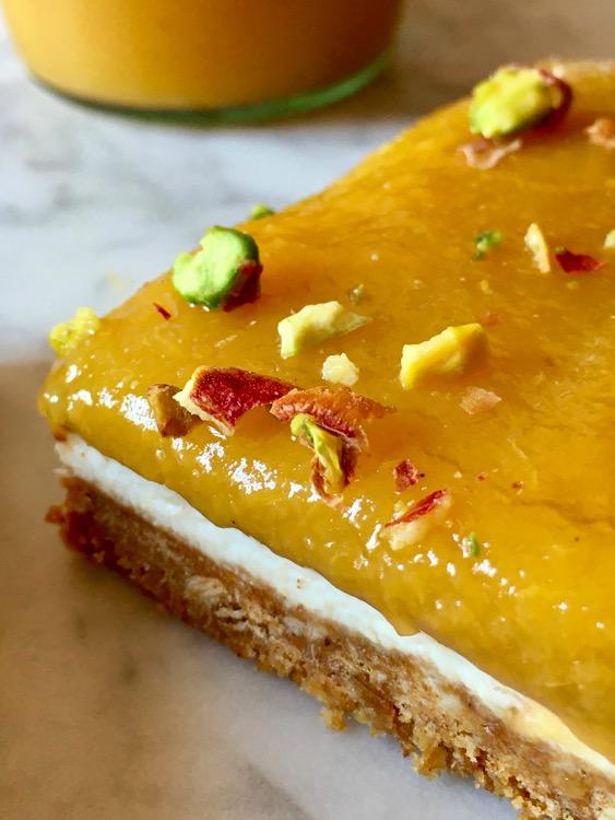 Dessert con crema al formaggio e confettura di mango e pesca