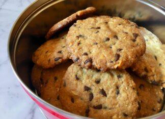 Biscotti con arachidi salate e gocce di cioccolato
