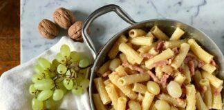 Pasta con uva pancetta e salsa di noci