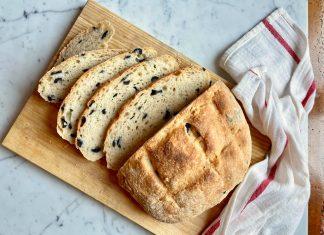 Pane senza impasto con olive nere
